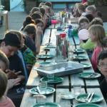 Schülerinnen und Schüler beim Essen